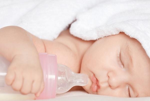 Mẹ ít sữa cho con bú phải làm sao? 1